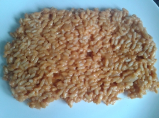 Spread cooked rice out on a dish to cool